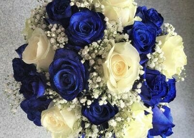 Poročni šopek iz belih in kraljevo modrih vrtnic
